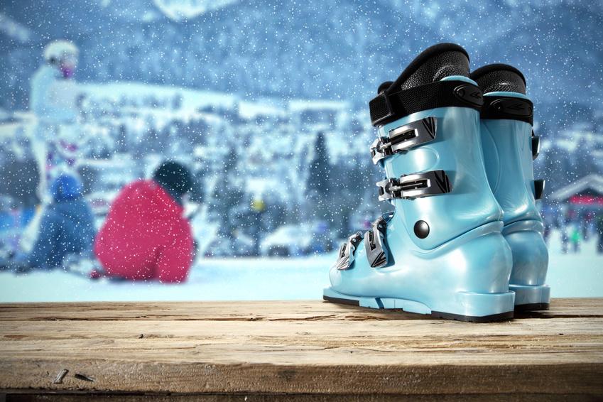 Skischuhe im Hintergrud Schnee